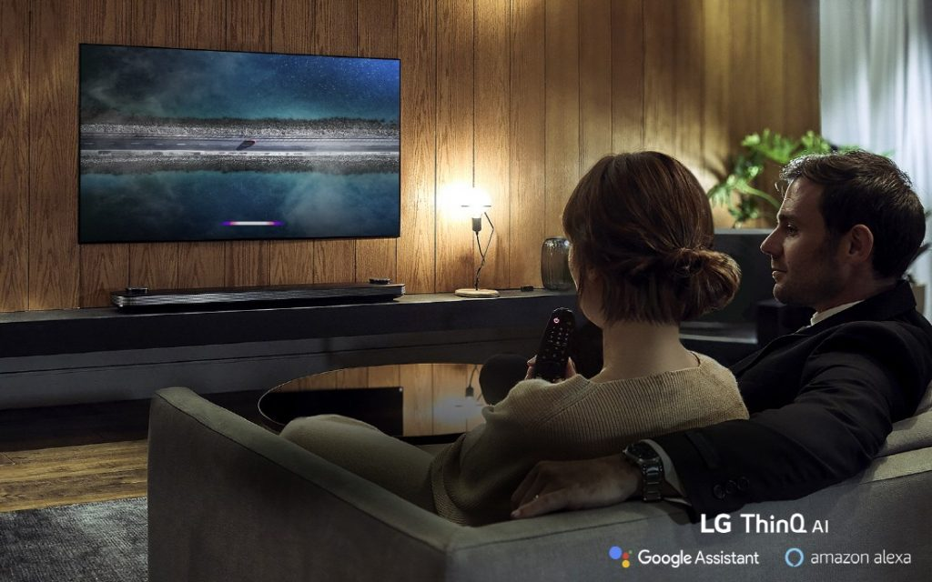 Der W9 (Wallpaper) OLED TV kommt im gewohnten Design mit separierter Soundbase!