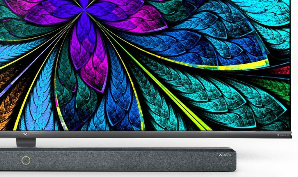 Der TCL X10 8K QLED hat ein ansprechendes Design, trennt Display und Soundbar visuell.