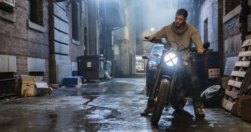 Eddie, gespielt von Tom Hardy, wird unfreiwillig mit einem Alien-Virus infiziert
