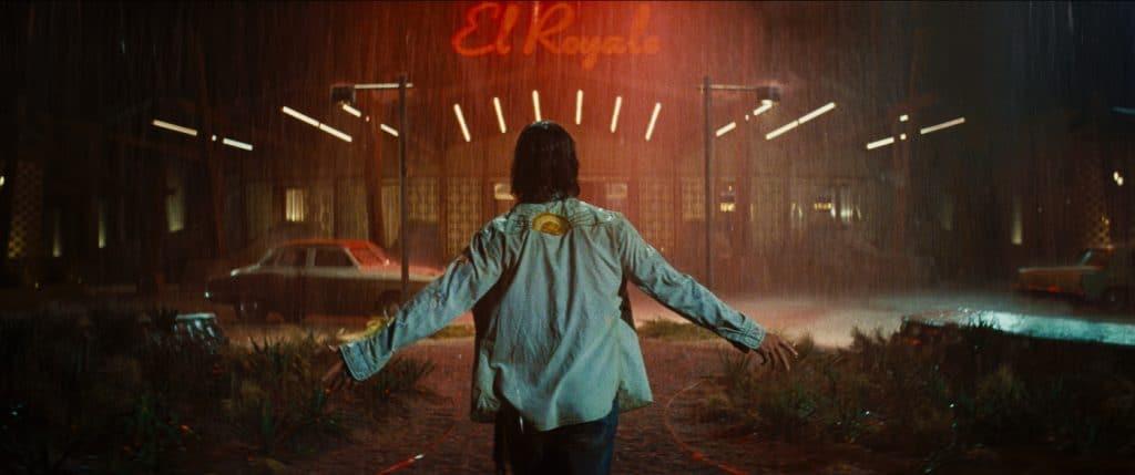 Billy Lee (Cris Hemsworth) kann sich dem Zauber des El Royale nicht entziehen