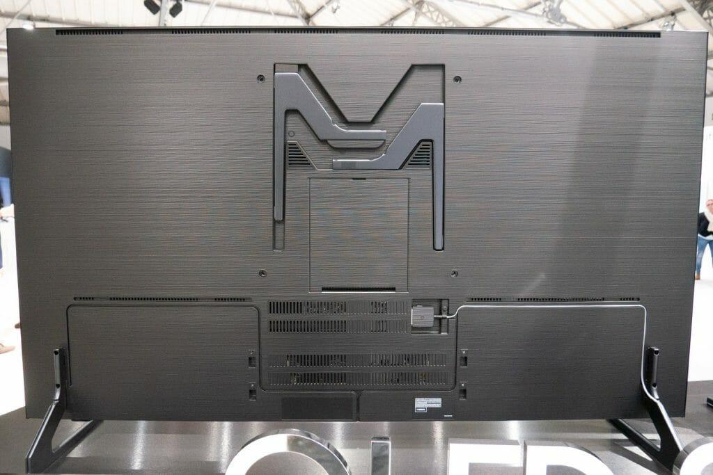 Auf der Rückseite erkennt man die Möglichkeit einer Wandmontage (starke Wandhalterung vorausgesetzt) sowie der Anschluss des One Invisible Cable das zur One Connect Box führt
