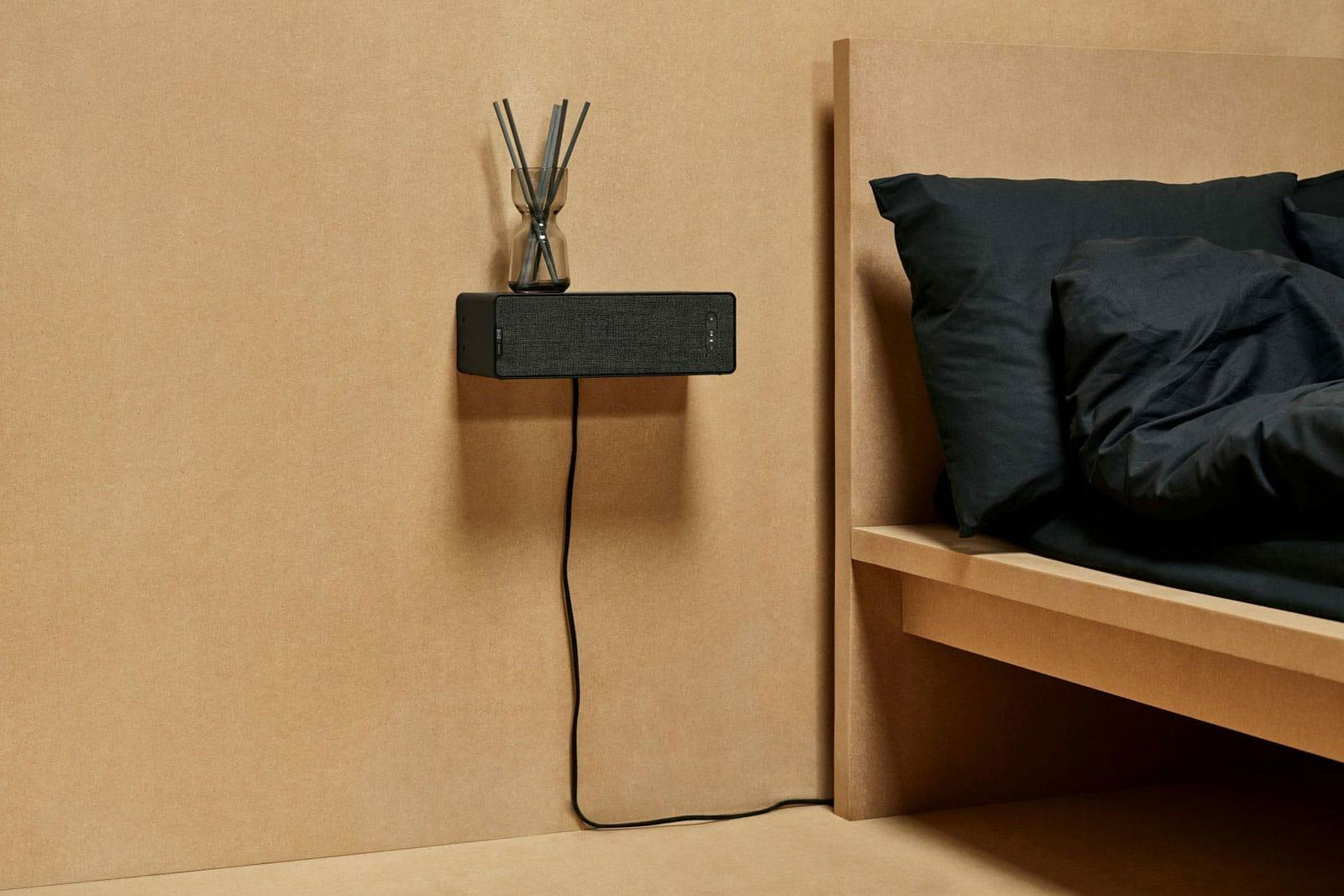 Der IKEA x Sonos Lautsprecher soll sich an an die Wand montieren lassen. Die Kabelführung ist aber verstörend auffällig und nicht gerade schön