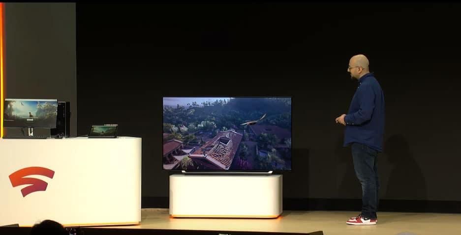 Ein Google Mitarbeiter wechselt im laufenden Spiel (Assassins Creed: Odyssee) zwischen mehreren Geräten