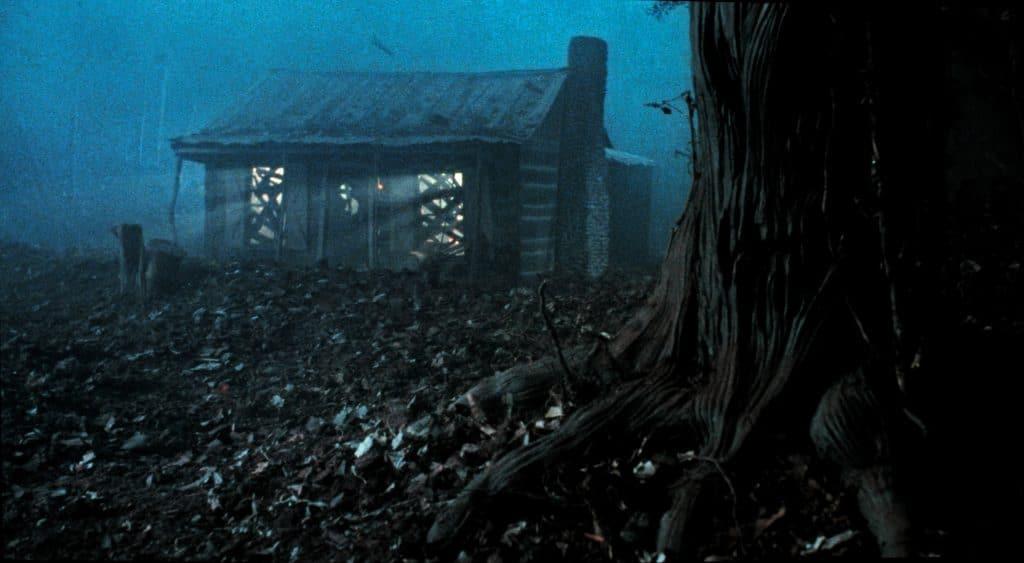 """Sieht nicht sehr einladend aus. Die Hütte aus """"Tanz der Teufel 2"""" / Bildquelle: blu-ray-rezensionen.net"""