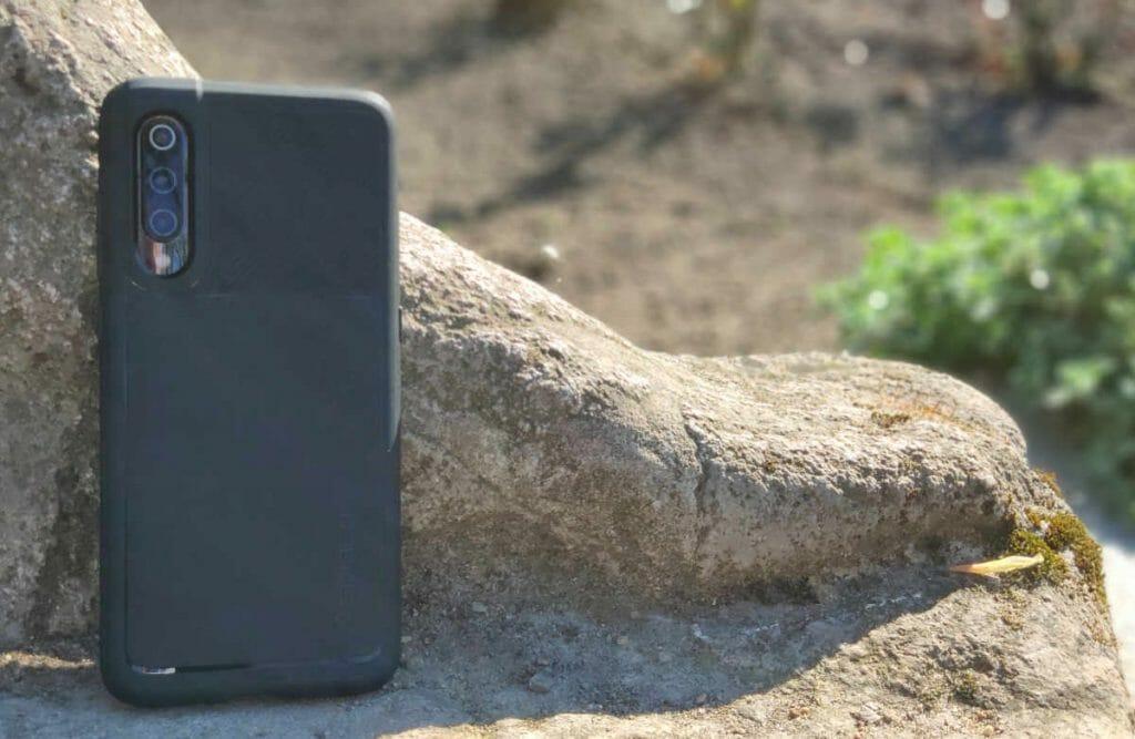 Das Xiaomi Mi 9 mit einer Schutzhülle von Spigen