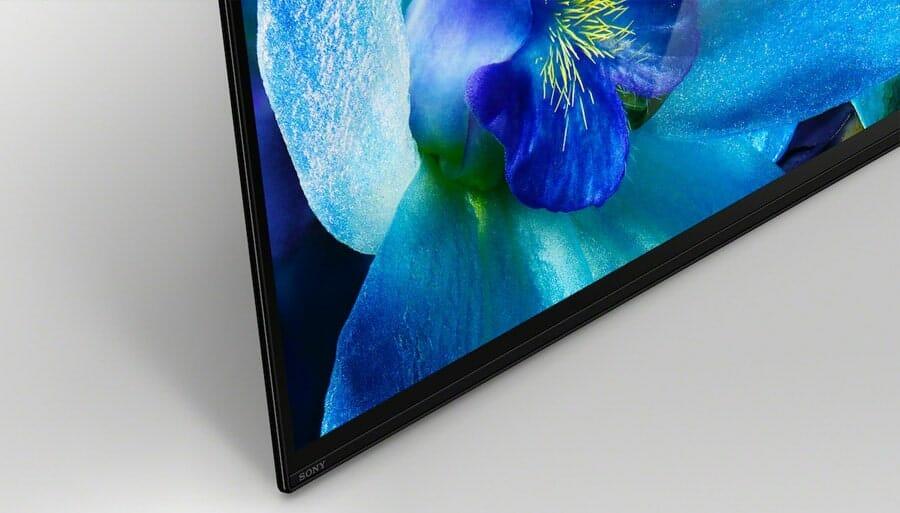 Das OLED Display liegt fast direkt auf dem TV-Möbel auf. Dieser Style wird nur durch die Acoustic Surface Technologie ermöglicht
