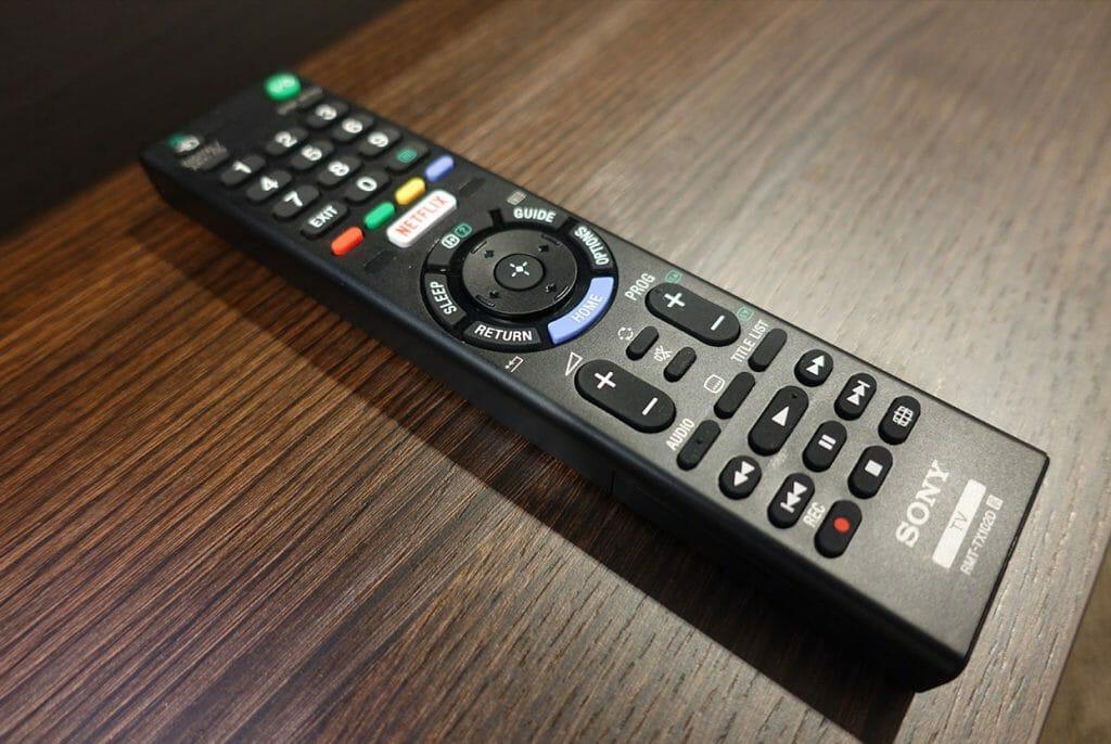 Die Funktionstasten die um den Navigationskreis in der Mitte der Standard-Fernbedienung (RMT-TX102D) liegen, laden dazu ein den Nutzer in ein falsches Menü oder zurück zum Homescreen zu schicken!