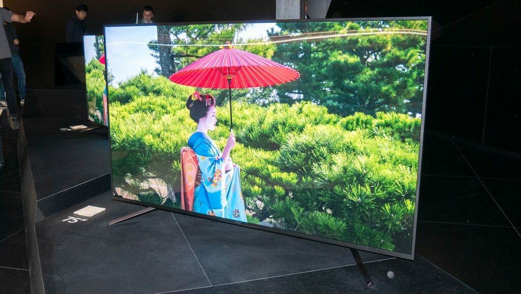 Der ZF9 Bravia 4K HDR TV hat ein eher unauffälliges Design. Es soll wohl nichts von der Bildqualität des Master Series LCD ablenken.