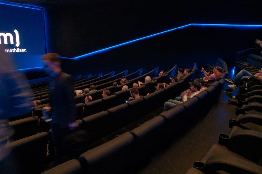 Der Dolby Cinema Kinosaal wurde bewusst sehr dunkel gehalten. Die Kinosessel sind unglaublich bequem