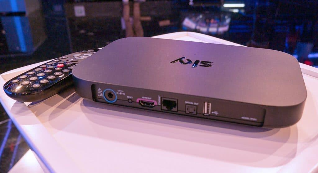 Anschlüsse des Sky Q Mini: Netzanschluss, Reset Button, HDMI 2.0b, Ethernet, optischer Audioausgang und ein USB-Eingang. Bluetooth und Wifi sind integriert