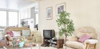 Die Evolution des Fernsehens. Hier ein Aufbau eines typischen 1980er Wohnzimmers