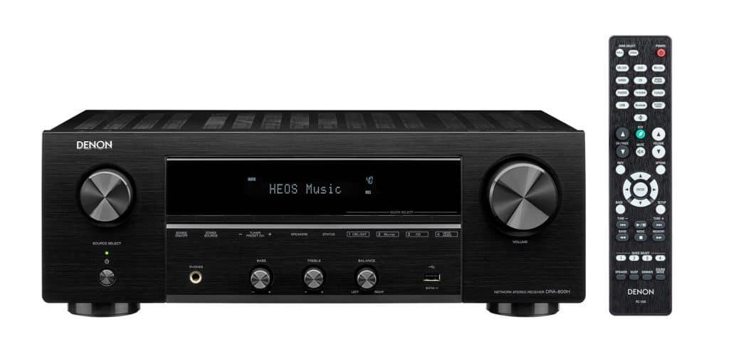 Aufgeräumte Front mit Schnellauswahl-Tasten, dem Info-Display und weiteren Bedienelementen. DRA-800H in Schwarz