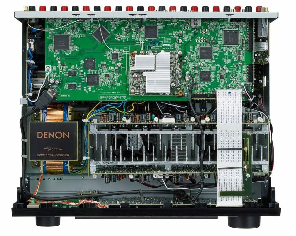 Ein Blick ins Innere des AVR-X3600H offenbart die diskreten Hochstromverstärker der einzelnen Kanäle