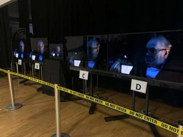 Die Display-Rahmen wurden abgeklebt. Zudem wurden die TV-Geräte mittels Standfüßen auf die gleiche Höhe gebracht.