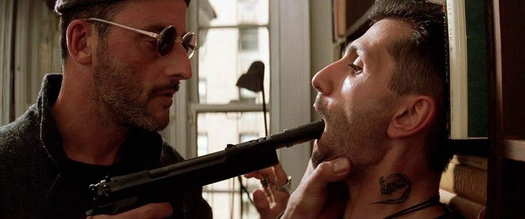 Lèon (Jean Reno) geht nicht gerade zimperlich mit seinen Klienten um