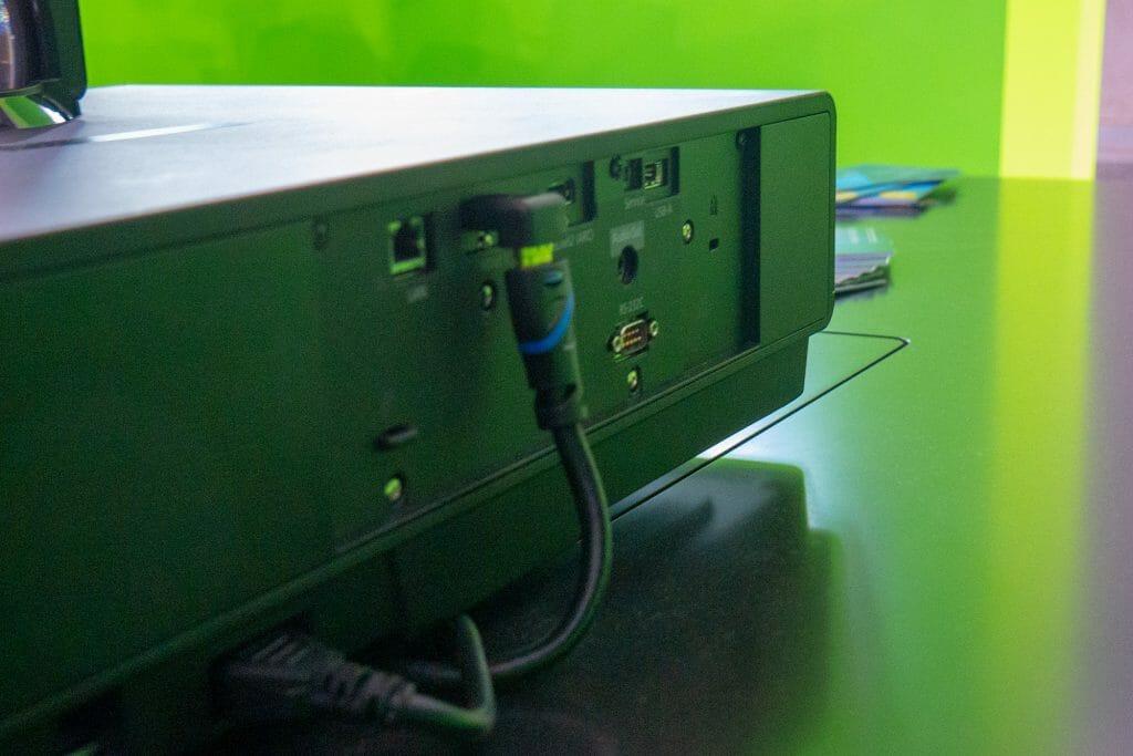Die wichtigsten Anschlüsse auf der Rückseite des EH-LS500B: zwei HDMI 2.0 (mit HDCP 2.2), Ethernet, USB-A (Updates)