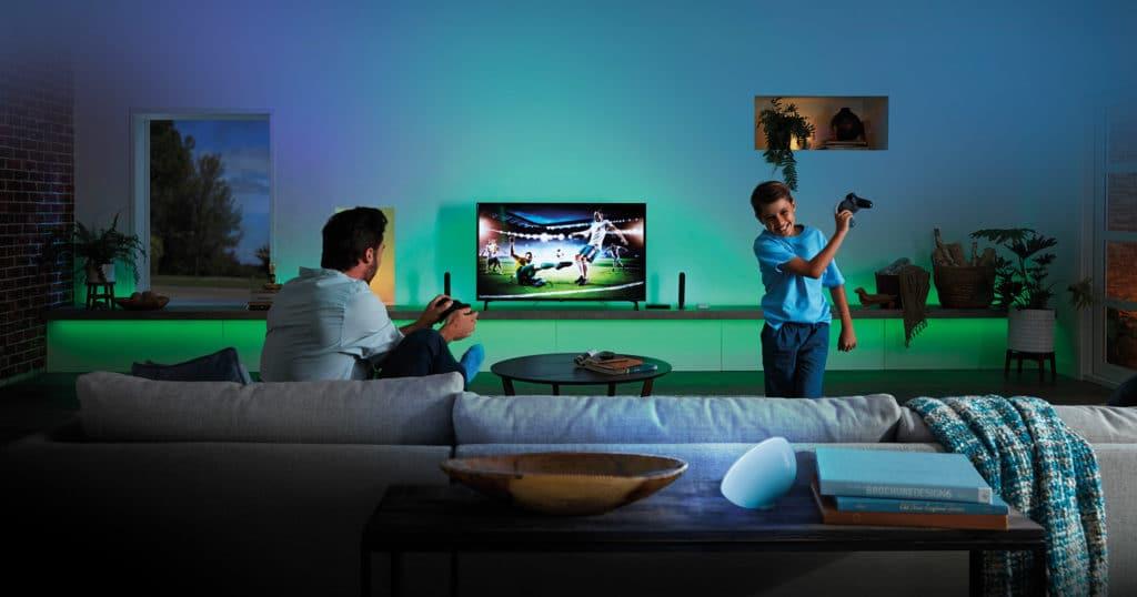 """Auf den Werbebildern wird die Hue Play HDMI Sync Box optimal ins """"Licht gerückt"""". In Wirklichkeit funktioniert die Box genau so gut wie auf den Glamour-Shots angepriesen"""