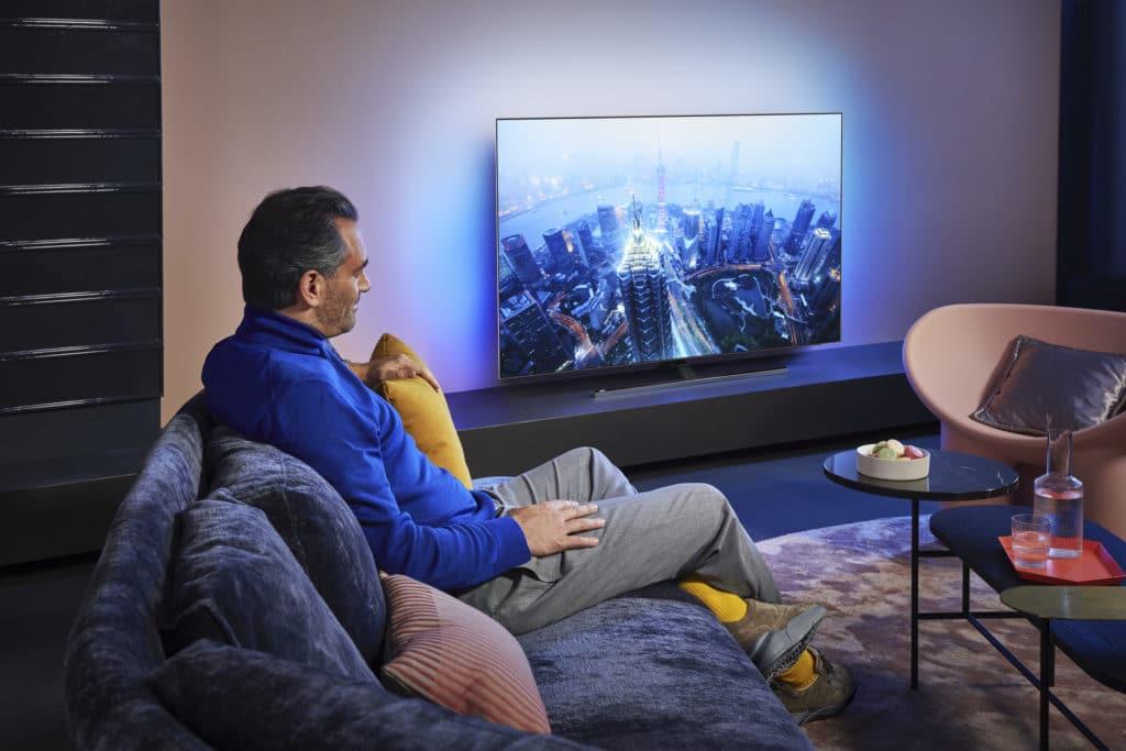 3-seitiges Ambilight wird es in diesem Jahr in allen TV-Modellen von Philips geben (Bild: OLED855)