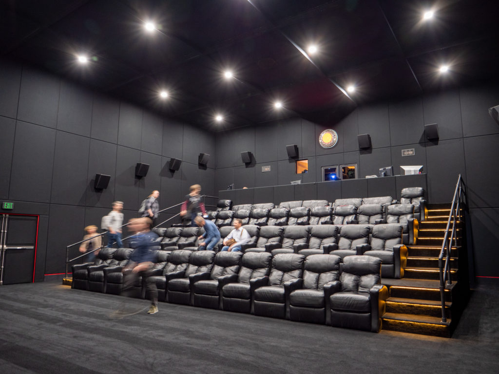 In einen der Hallen hat sich RED ein eigenes Kino mit Barco 4K Projektor eingerichtet