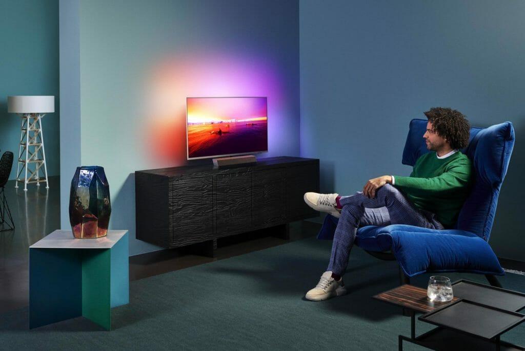 Der Philips PUS9235 ist ein 4K LCD TV mit 3-seitigem-Ambilight, Bower & Wilkins-Sound und Premium-Ambitionen