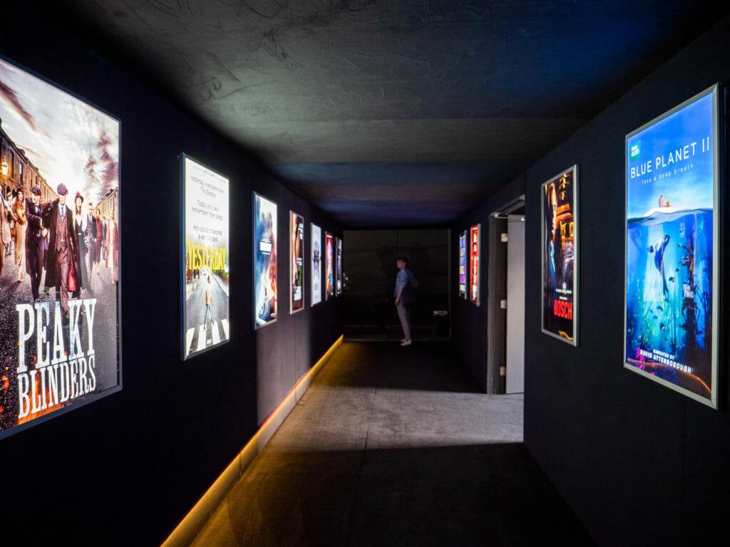 Der Eingangsbereich des Kinos ist Geschmückt mit Film- und Serienplakaten von RED-Projekten (Stranger Things z.B.)