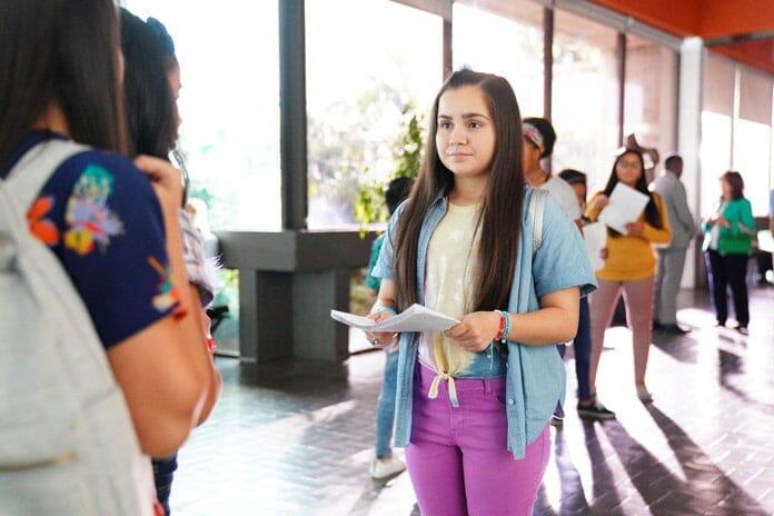 Sasha (Carmina Garay) hilft Elena Präsidentin zu werden (Bild: The Walt Disney Company)