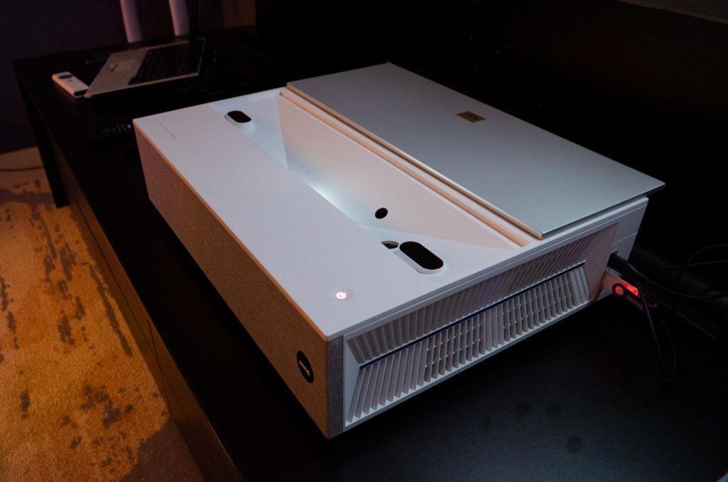 Der BenQ V6000 im Einsatz. Die Lautsprecher hinter Akustikstoff versteckt und zwei seitliche USB-Anschlüsse