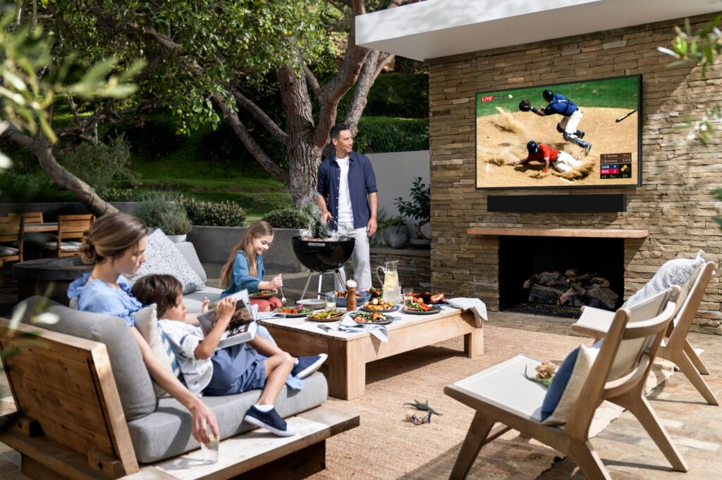 "Das perfekte Outdoor-Szenario für den ""The Terrace"" 4K QLED TV"