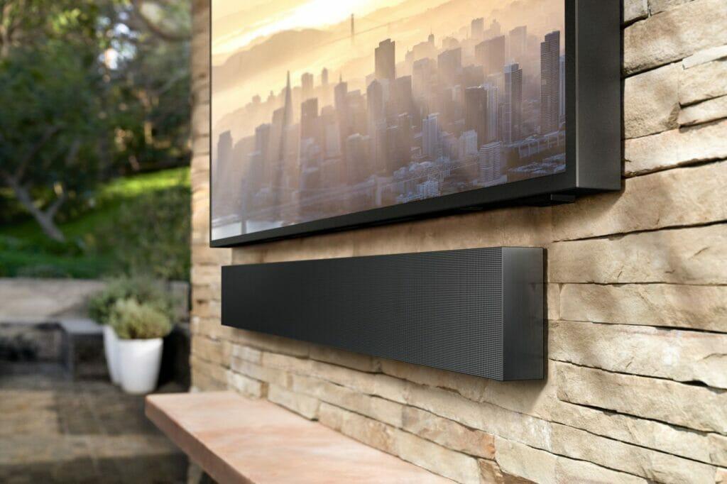 """""""The Terrace Soundbar"""" komplimentiert das Bild des 4K QLED TV mit hervorragendem 3.1 Sound (210 Watt)"""