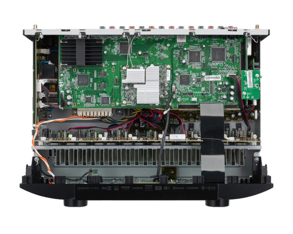 Ein Blick ins innere des SR5015 offenbart die Video-Einheit (schwarzer Lüfter), dass HEOS-Modul (silberner Lüfter mitte) und die DSP und DC-Chipssätze auf der rechten Seite
