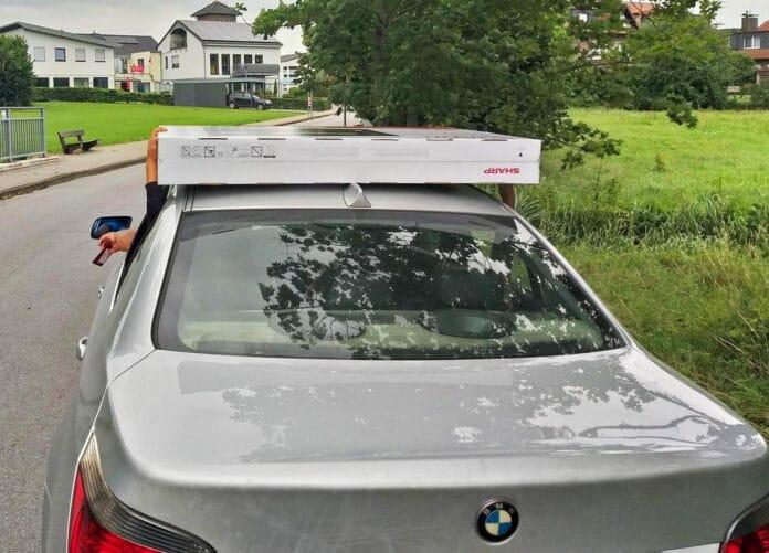 Passt nicht in den Kofferraum. Die Kinder fixierten den neuen 4K TV von Sharp auf dem Autodach