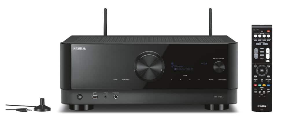 Frontabbildung des RX-V6A 8K Receivers inkl. Fernbedienung und Einmess-Mikrofon (im Lieferumfang enthalten)