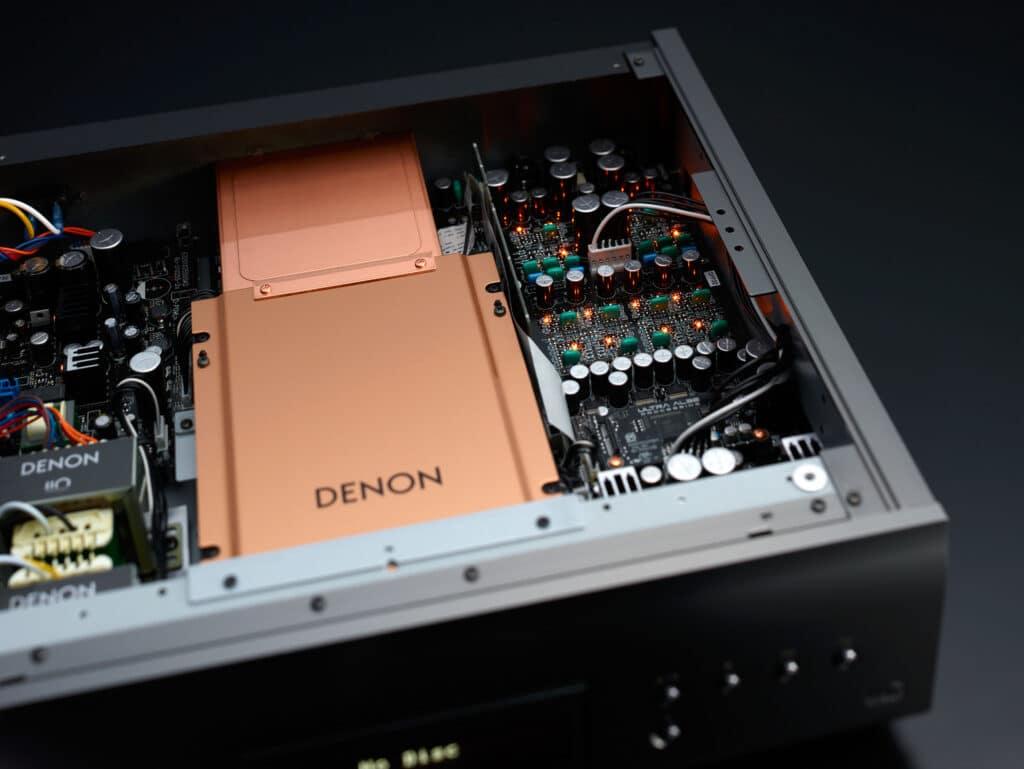 Ein Blick in den Innenraum des DCD-A110. Gut zu erkennen, die Kupfer-Platte für den CD-Player