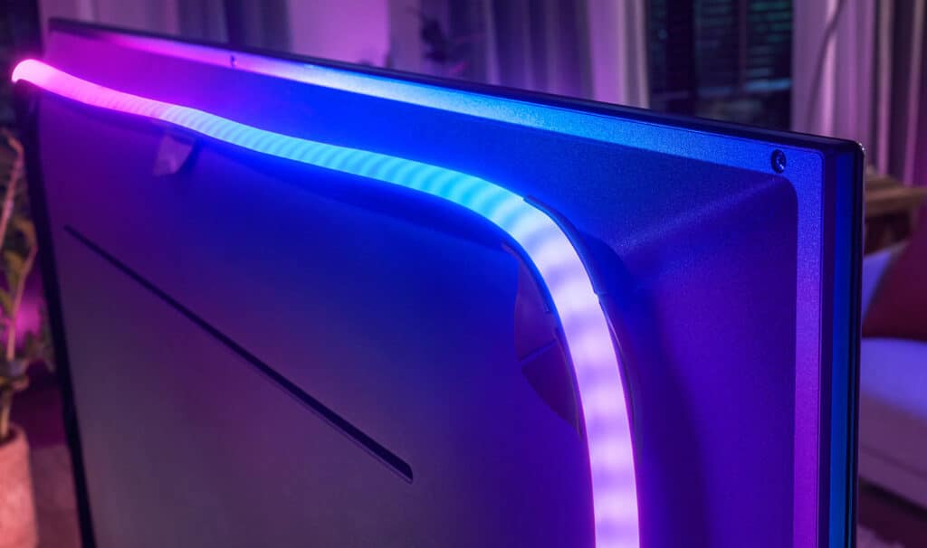 Der neue Gradient Lightstrip wird mittels der im Lieferumfang befindlichen Führung auf der Rückseite des Fernsehers intstalliert