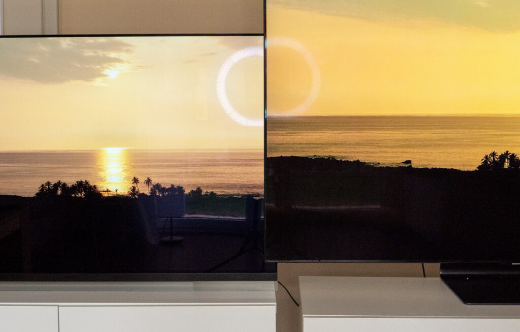 Im Vergleich: Der LG OLED E9 spiegelt im Vergleich mit dem Samsung QLED Q90T mit Ultra Black Elite