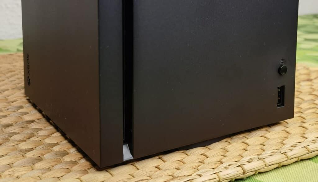 Die untere Vorderseite der Xbox Series X.