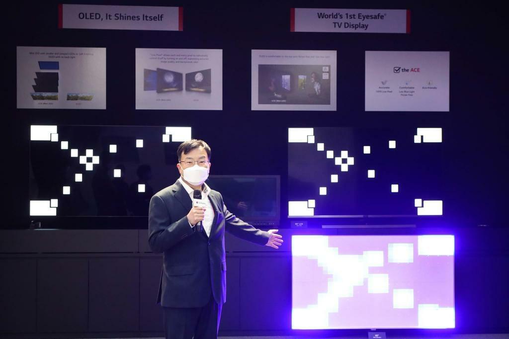 LG Display trat in seiner Präsentation auch den direkten Vergleich zwischen OLED und Mini-LED an (obwohl LG Electronics einen Mini LED TV in den Handel bringt)