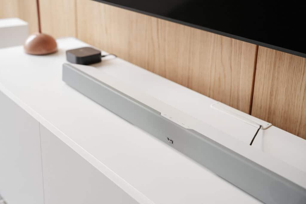 Die Teufel Cinebar 11 ist in den Farben Schwarz und Weiß zu haben.