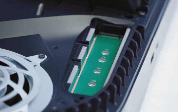 Unter der Abdeckung der Sony PlayStation 5 kommt der SSD-Slot zum Vorschein