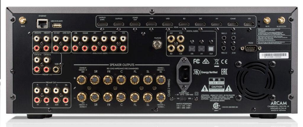 Das Anschluss-Board des Arcam AVR30 AV-Receivers