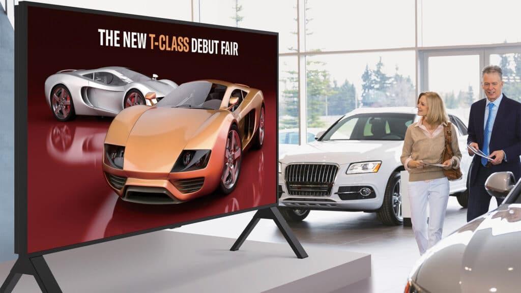 Der Sharp 8M-B120C im Showroom eines Premium-Autohändlers