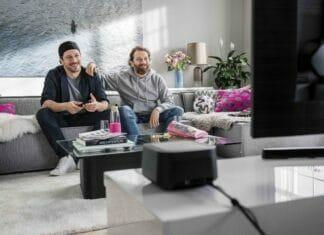 Fahri Yardim und Christian Ulmen schauen MagentaTV