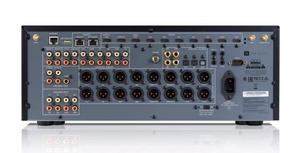 Schön aufgeräumt: Die Anschlüsse des 16-Kanal-Vorverstärkers JBL Synthesis SDP-55