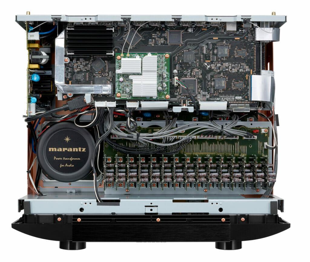 Das Digital/HDMI-Anschlussboard hier im oberen Teil des AV8805 wird beim A-Upgrade getauscht