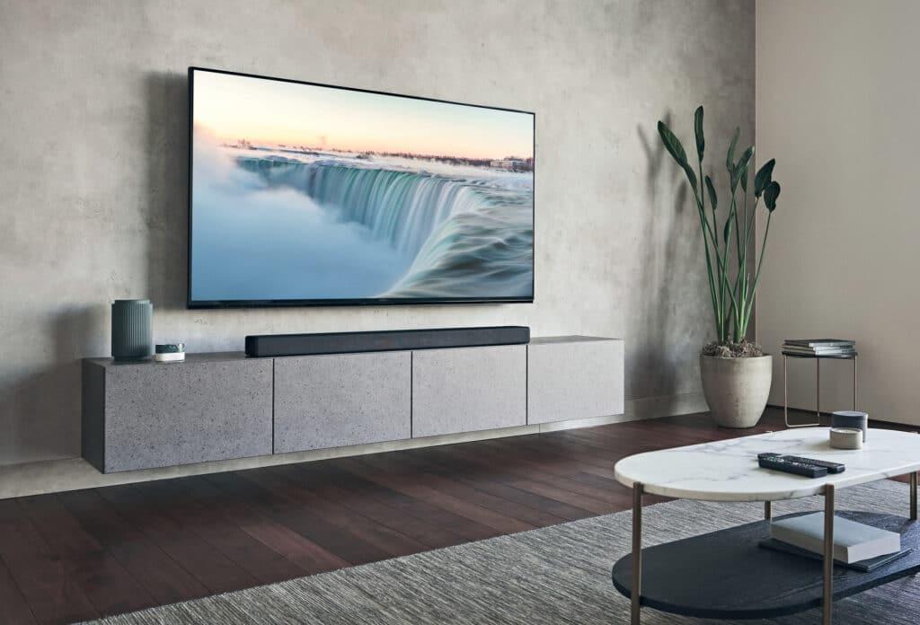 Mit 1.3 Meter ist die Sony HT-A7000 alles andere als klein. Zum Vergleich: über der Soundbar hängt wohl ein 75 Zoll TV