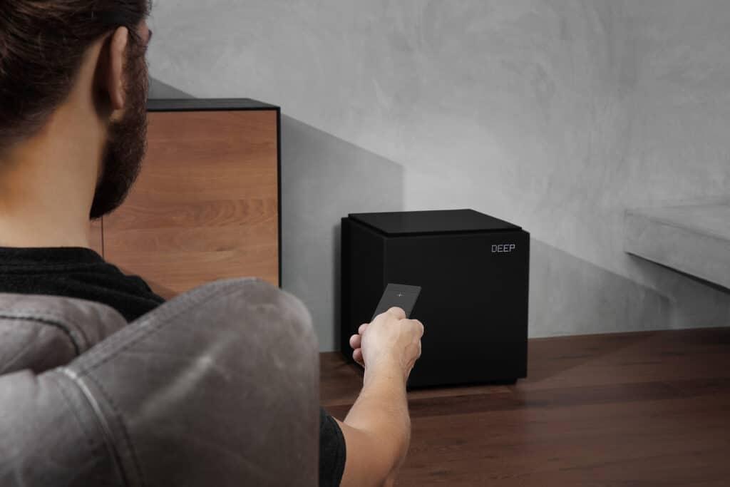 Der DN12 wird mit einer eigenen, schlanken Fernbedienung mit LCD-Display ausgeliefert