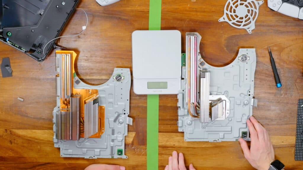 Der reduzierte Kühlkörper der neuen PS5 (Revision) macht den Gewichtsunterschied aus