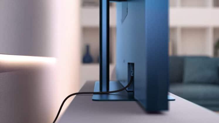 Der mitgelieferte Standfuss und das Kabelmanagement des Sky Glass