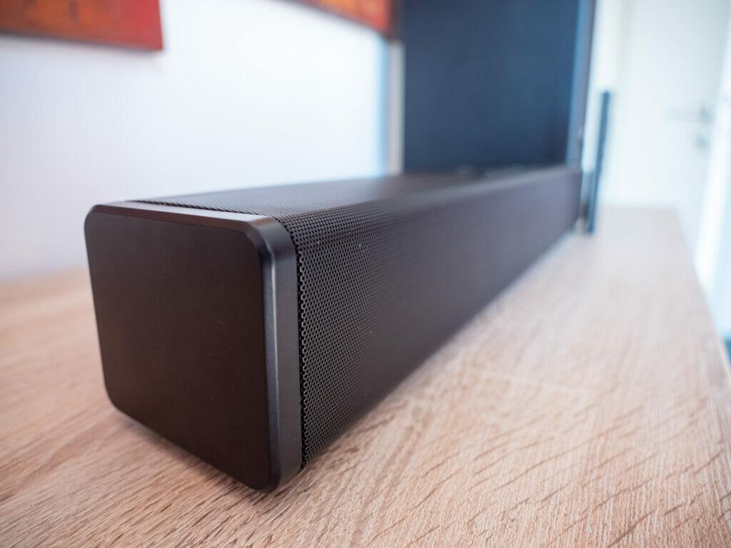 Kompaktes Design und Akustik-Mesh der Stage 360 Dolby Atmos Soundbar